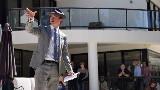 Auctioneer Haesley Cush in August last year, when Peter Bond knocked back at offer of $9.25 million for the house. Photo: Jim Malo