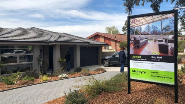 There were four registered bidders at the auction of 40 Stieglitz Circuit in Kambah.