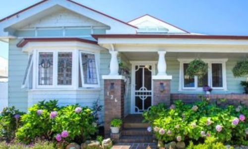 How to choose between renting or selling your old home