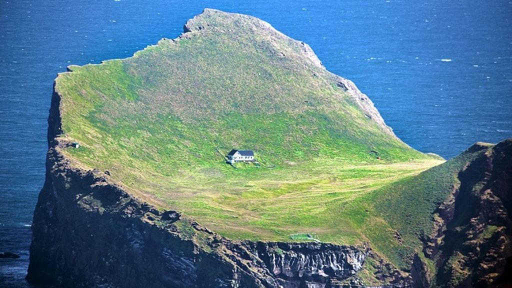 A mysterious cottage isolated from the rest of the world. Photo: Amusing Planet.