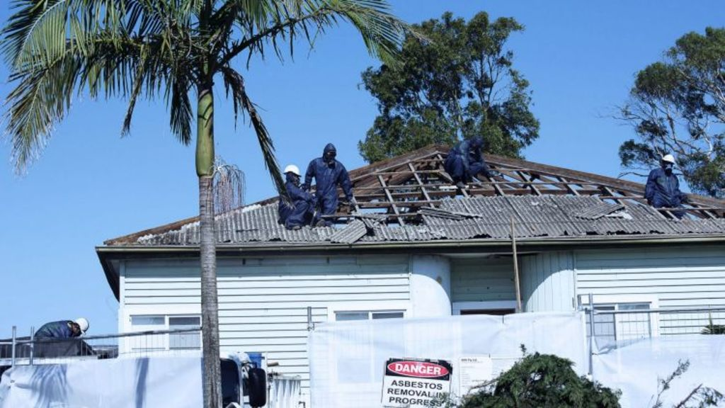 Asbestos being removed from a Kurnell home. Photo: Christopher Pearce