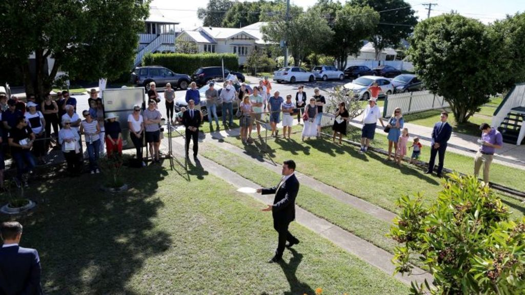Auctioneer David Treloar during the auction of Robin Roger's house. Photo: Michelle Smith