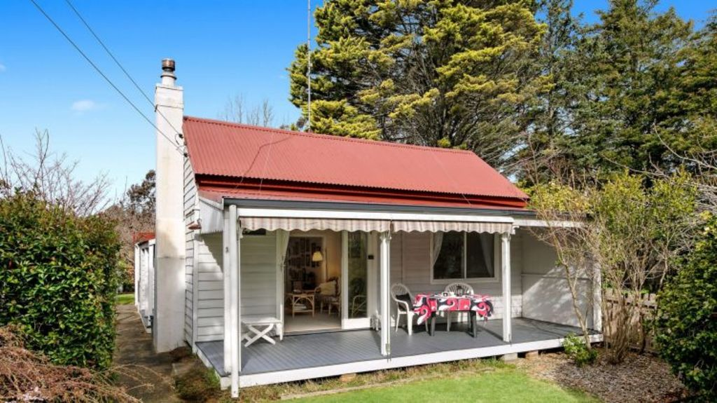 The weatherboard cottage at 7 Clarence Street, Leura.