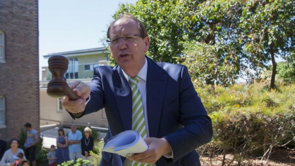 Auctioneer Brian Cannan works the crowd at the auction at Cremorne Point. Photo: Fiona Morris