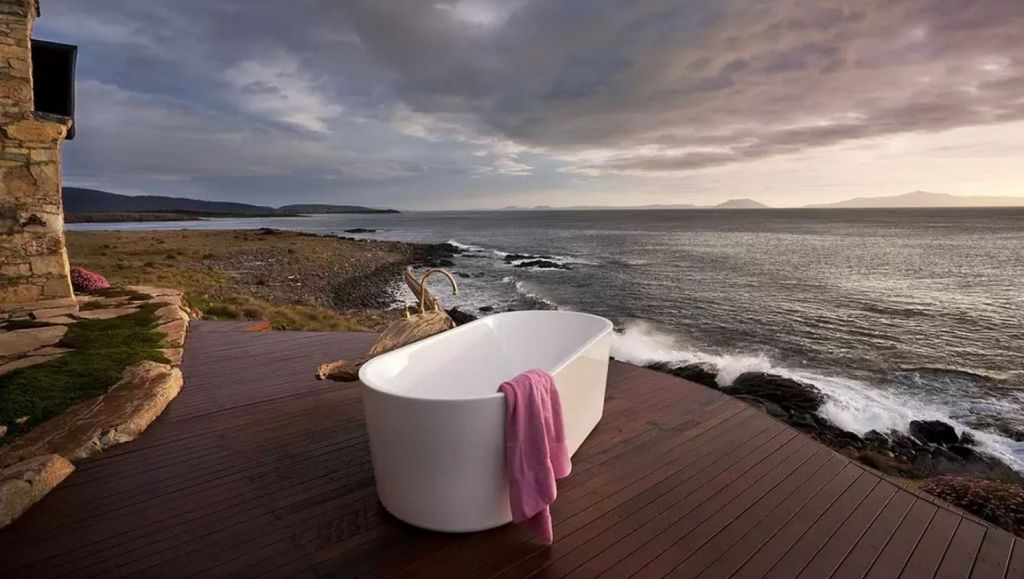 Thalia Unique Oceanfront Retreat with bath on the deck overlooking the ocean. Photo: Ray Joyce