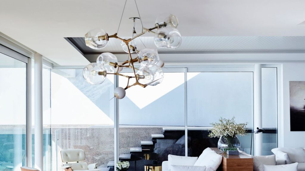 The renovation was inspired by mid-century modernist architecture and the building's setting on a clifftop overlooking the ocean. Photo: Mark Roper