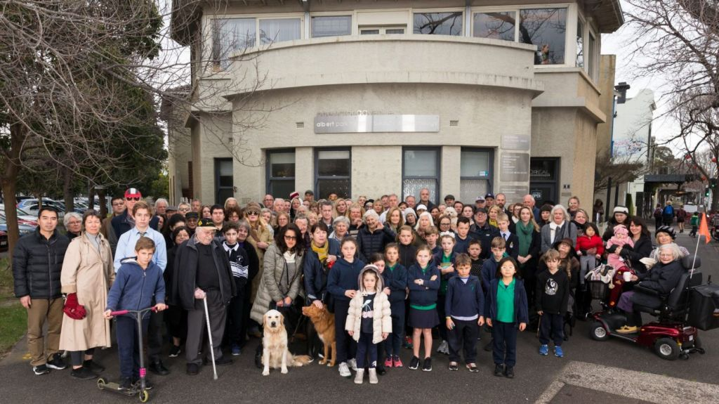 Scores of Albert Park residents oppose the proposed demolition of 1 Victoria Avenue. Photo: Eliana Schoulal
