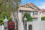 'It was non-stop': Auction all over in three minutes as southside house sells for $720k