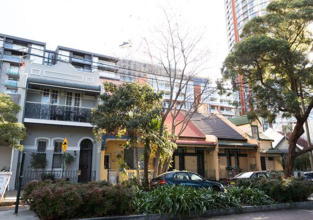 Общее строительство и развитие в Сиднее.  Сопоставление старого и нового на улице Мертон, Зетланд.  31 июля 2018 г. Фото: Джени Барретт