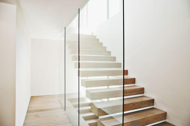 Плавающая лестница в современном доме