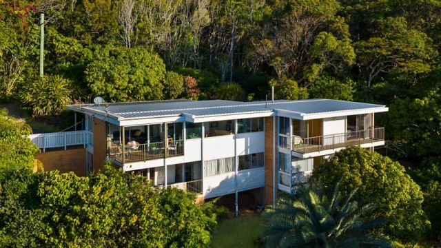 Burleigh Heads property sells for whopping $1.875m over reserve