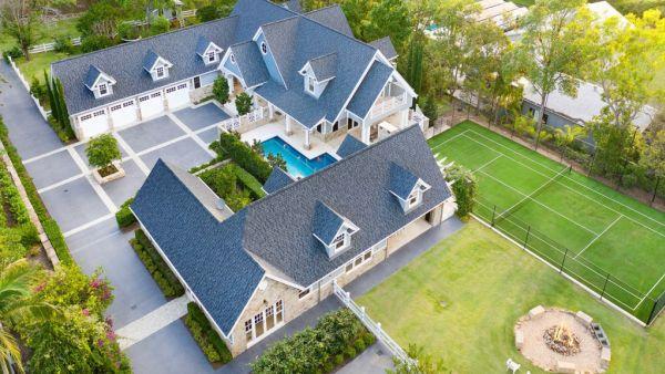 Landmark acreage property sees hundreds line the street for a peek