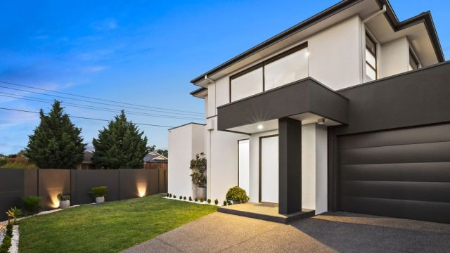 AFL stars in the crowd as Bentleigh home sells at auction