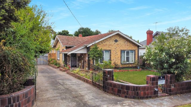 'Remarkable': Unliveable Kew house sells for $725,000 above reserve
