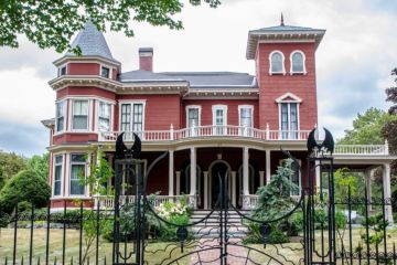 Stephen King is turning his IT-inspiring Victorian mansion into writers' retreat