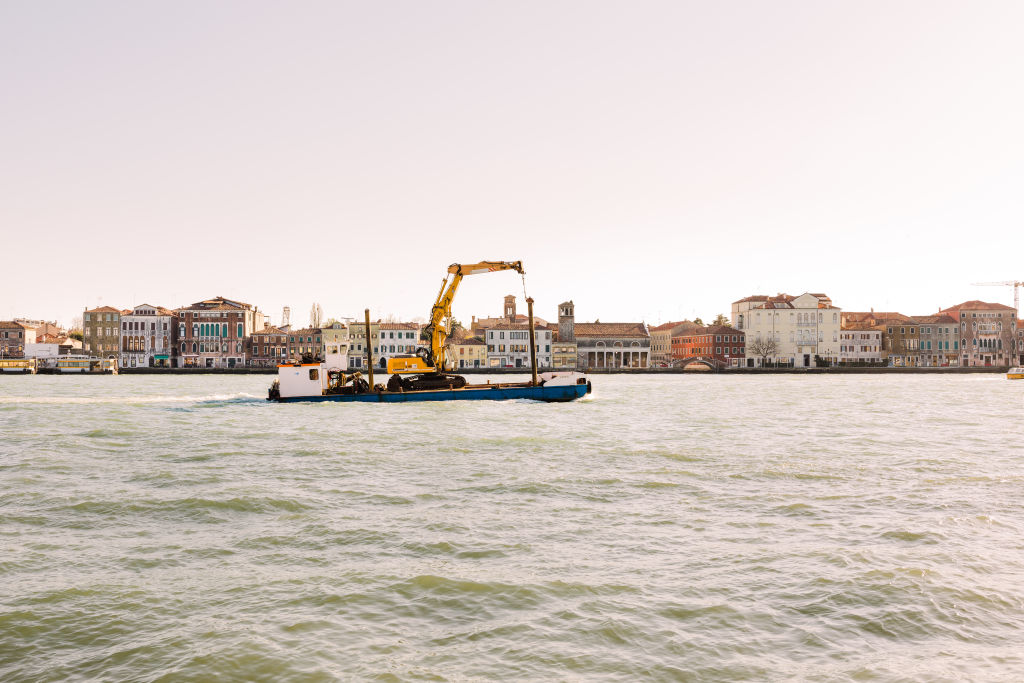 The_transport_of_a_crane_in_Canal_Grande_Venice_gio2ia