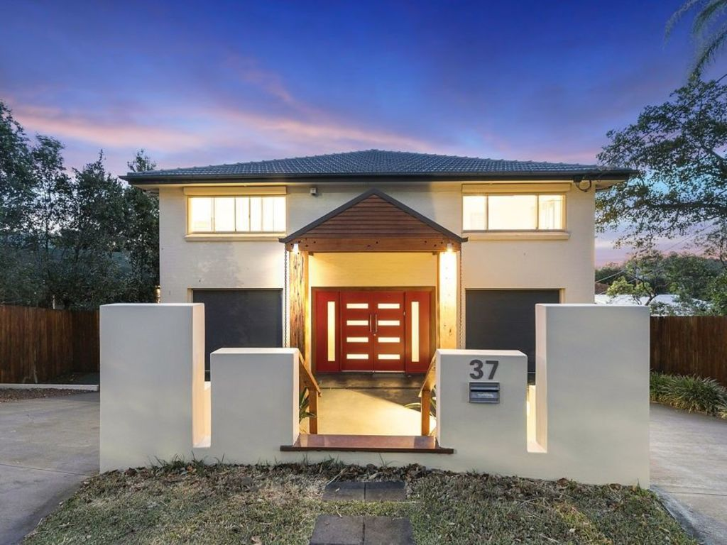 In Mount Gravatt East, the property at 37 Crest Street sold at auction for $901,000.
