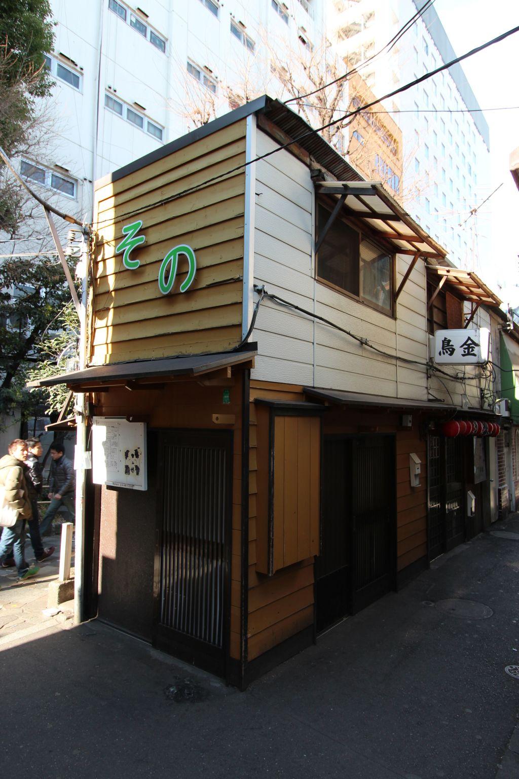 A_tiny_restaurant_in_Tokyo_Pix_John_Doyle_mh2rlo