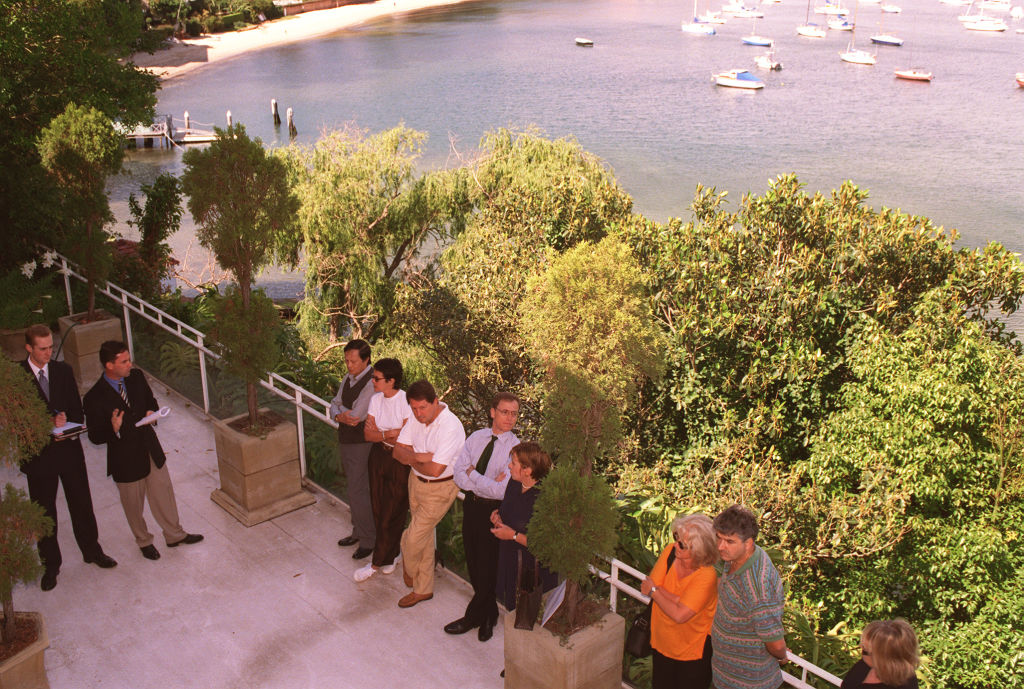 Sun, 15. November 1998 12:00 AM r_photoarchive_4.26030.jpg AUCTIONS 2. 981114 SUN HERALD PROPERTY PIC BY KATIE RIVERS PIC SHOWS THE AUCTION OF 42 WOLSELEY RoaD POINT PIPER