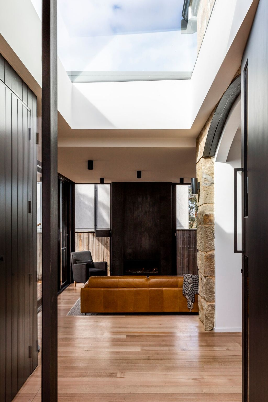 A_STUNNINGLY_BRIGHT_MODERN_INTERIOR_IN_A_HERITAGE_BUILDING_suunq6