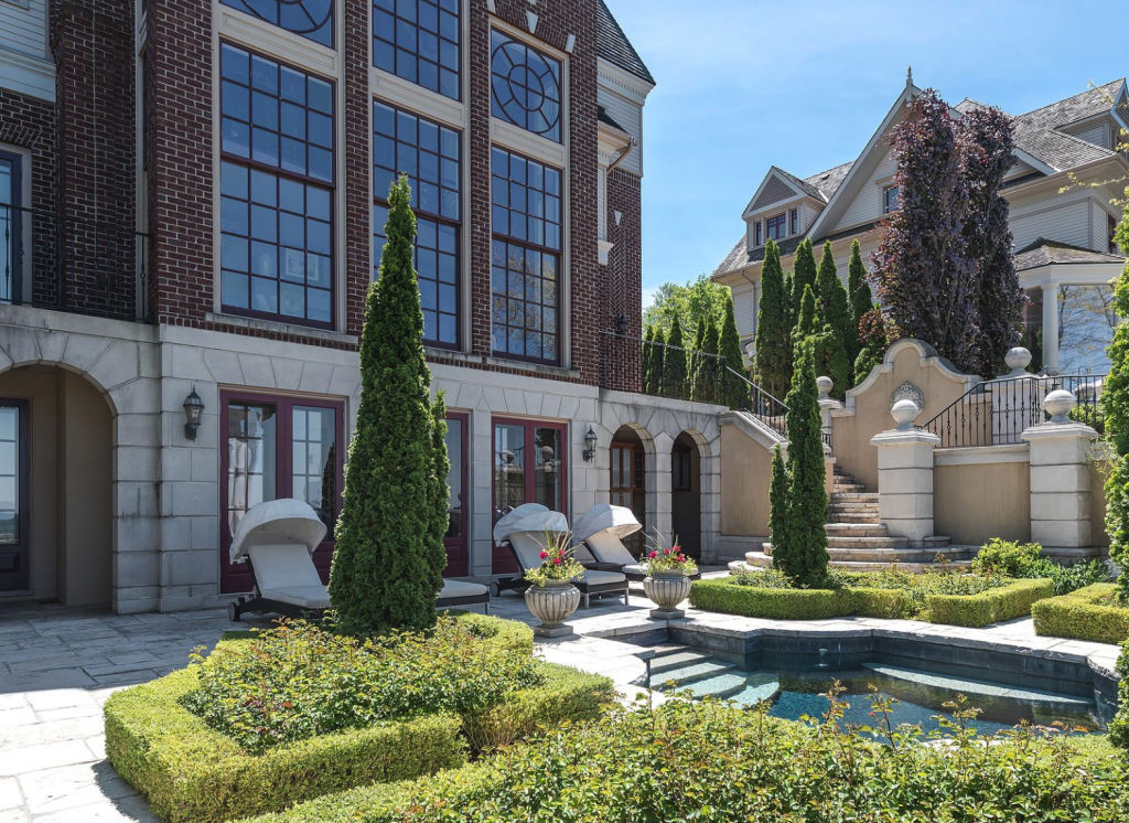 A prestige Ontario residence for sale