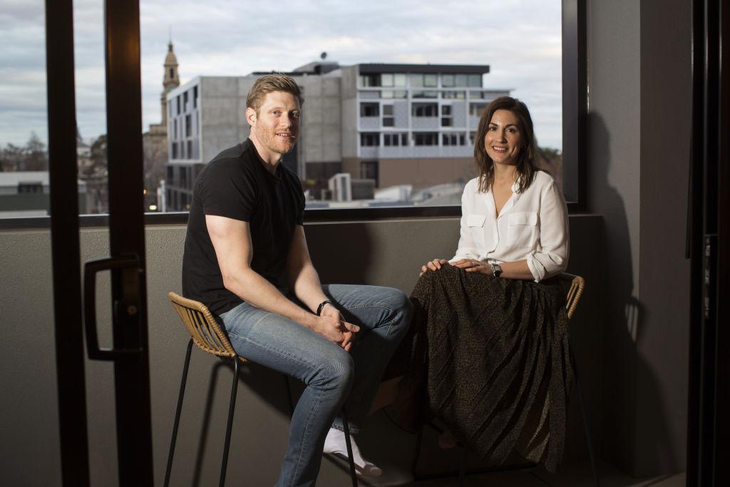 Couple_leaving_South_Melbourne_apt_9_quhkmz