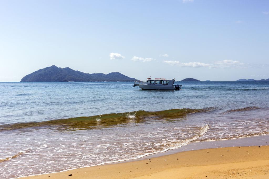 Domain-water-taxi-beach-Dunk-Island-view_d3sip8