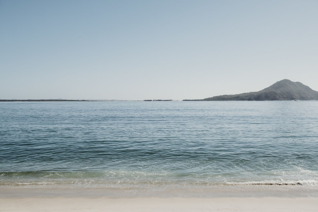 Cross_the_road_to_Shoal_Bay_Beach_1_lojiz2