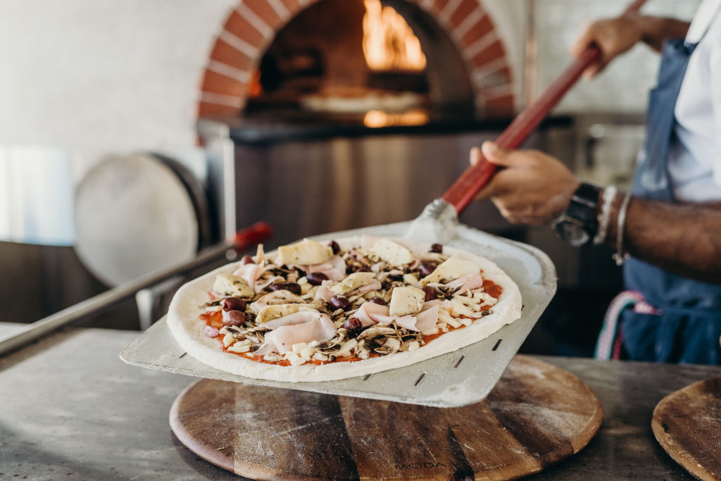 Woodfire_Pizza_at_Shoal_Bay_Country_Club_2_azqsis