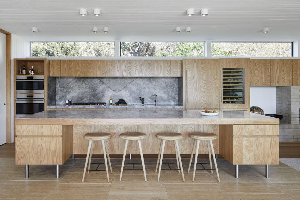 Mismatched_oak_veneer_on_the_kitchen_bench_makes_it_almost_table_like._Pix_Tatjana_Plitt_0623_eslfee