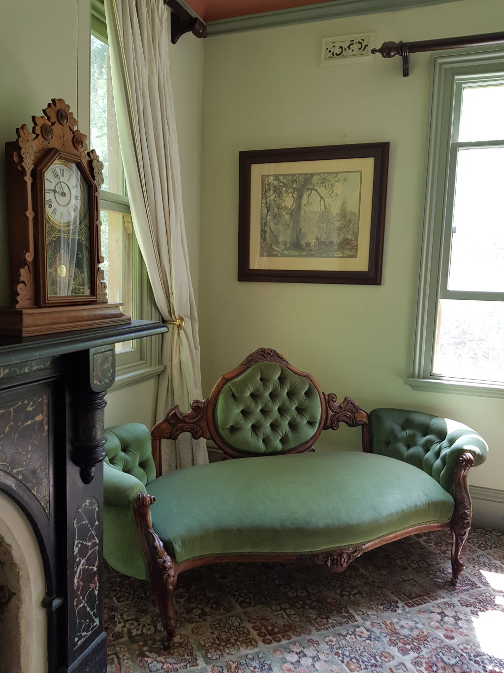 Furnished_with_antiques_o6k04s