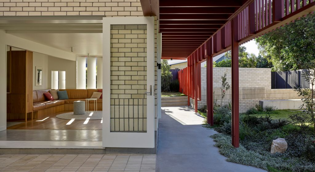 QLD_A_new_Northern_NSW_home_by_Vokes_and_Peters_hugs_the_boundary_to_create_a_useful_garden._Photo_Christopher_Frederick_Jones_zndumf