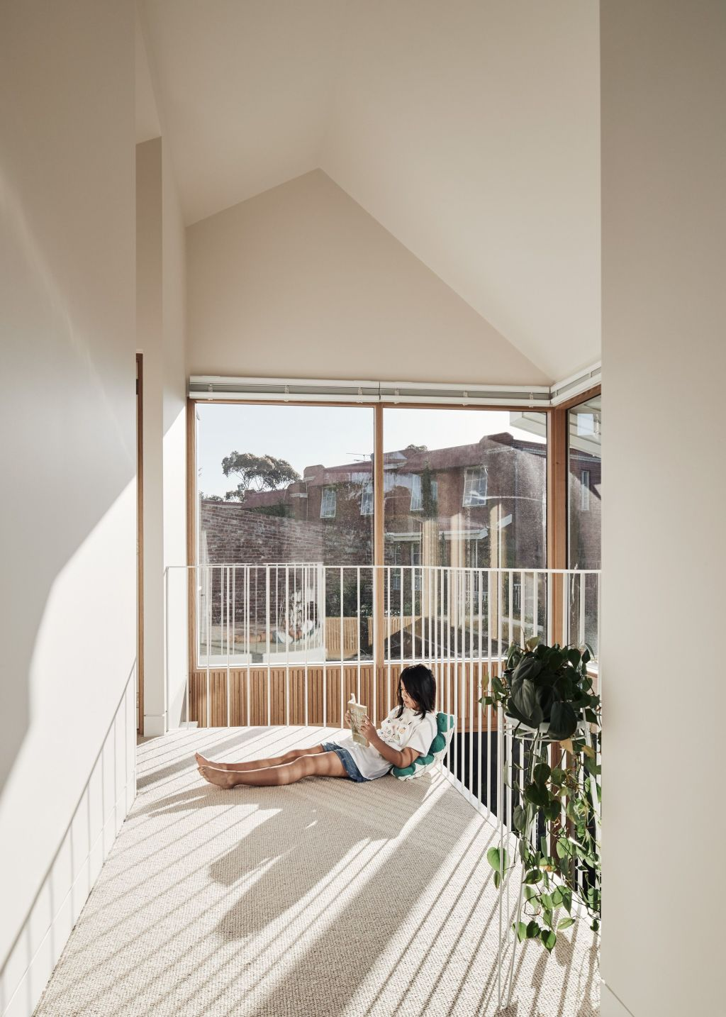 A_sunny_hangout_space_inside_the_house._Photo_Peter_Bennetts_nddt3u