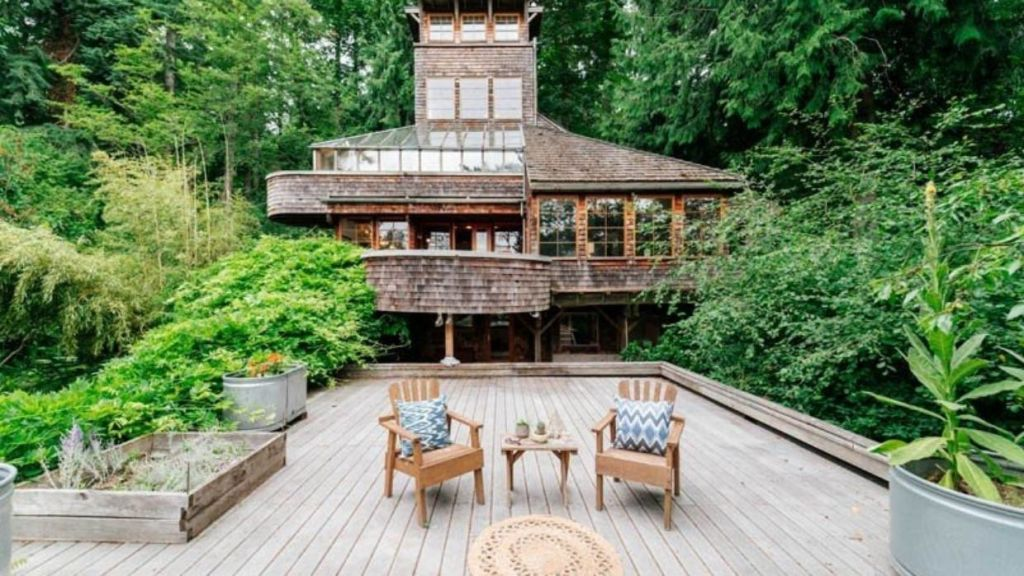The five-storey treehouse was built in 1978 by architect William Isley.