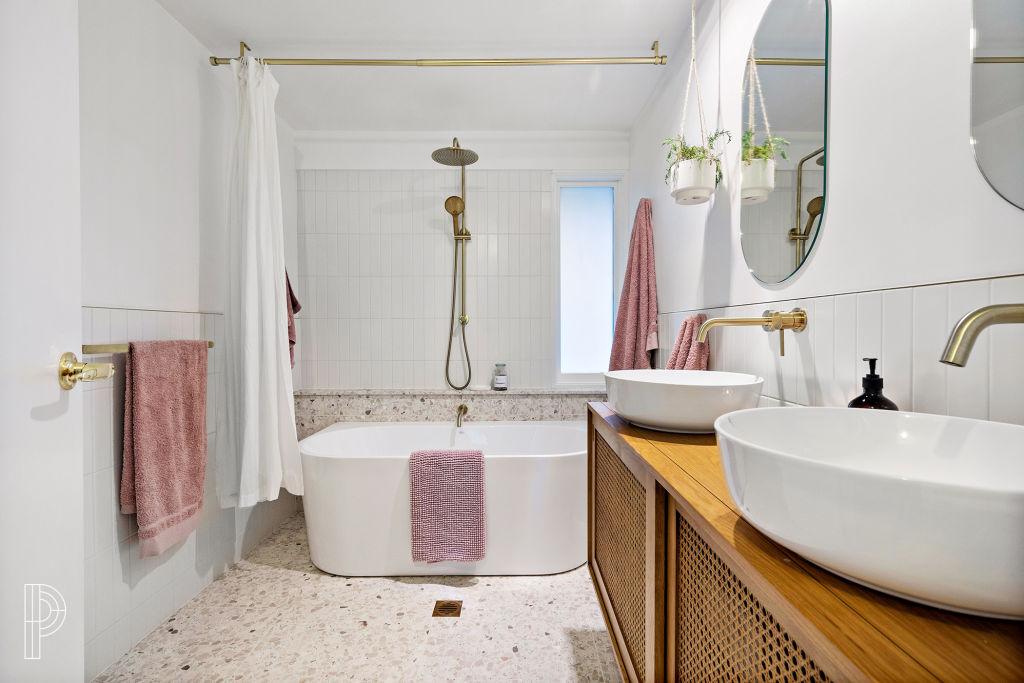 4-Bathroom_xcplf5