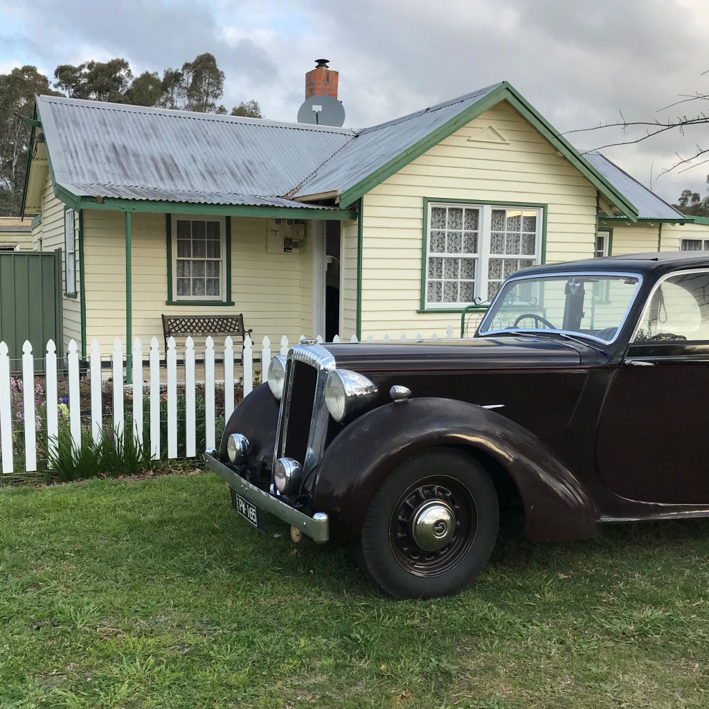1947_Daimler_DB18_belongs_to_Susan_parked_outside_her_cottage._She_is_part_of_the_Pyrenees_Historic_Vehicle_Club_Supplied_by_Susan_Campbell-Wrightjpeg_jfuag1